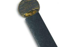 AC223 - Krążek ewakuacyjny (strzałka) - znak ewakuacyjny