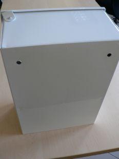 Apteczka metalowa ścienna zakładowa 31x22x14 z rączką