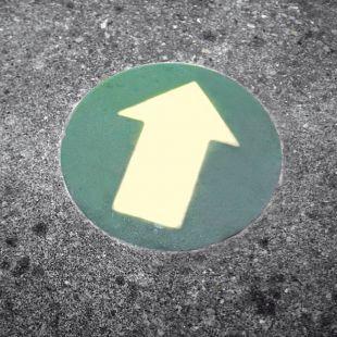 Kierunek drogi ewakuacyjnej - znacznik podłogowy - wpuszczany w podłogę
