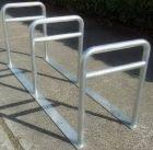 Stojak rowerowy ocynkowany trzymiejscowy z poprzeczką do przykręcenia