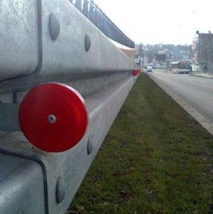 Urządzenie odblaskowe U-1c do bariery drogowej - uchwyt PCV