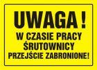 Uwaga! W czasie pracy śrutownicy przejście zabronione - znak, tablica budowlana - OA028