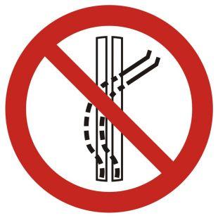 Zakaz opuszczania wyznaczonej trasy - znak bhp zakazujący - GAP037