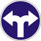 Znak C-8 Nakaz jazdy w prawo lub w lewo - drogowy nakazu