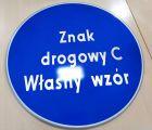 Znak drogowy C - dowolny napis, własna grafika - nakazu