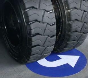Znak podłogowy, naklejka - oznacznik do pól odkładczych - kształt `I`